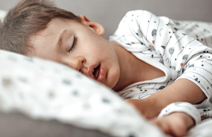 Çocuğunuz ağzı açık uyuyorsa dikkat! İşitme kaybına bile yol açabilir