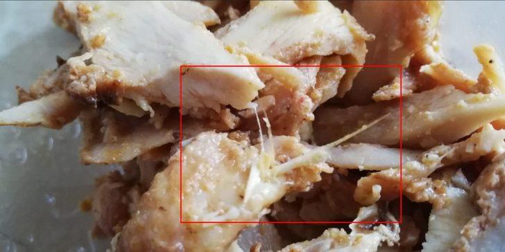 Tavuk dönerin içinden yolunmamış tavuk tüyü çıktı!