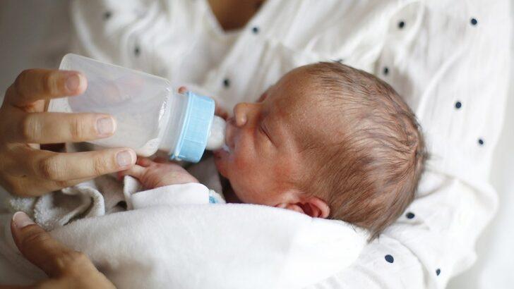 Biberonla beslenen bebekler her gün 'milyonlarca mikroplastik parçacık yutuyor'